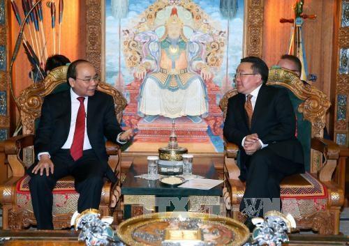 越南政府总理阮春福会见蒙古国总统查希亚·额勒贝格道尔吉 hinh anh 1