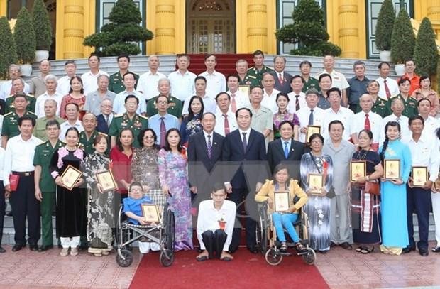 越南国家主席陈大光会见越南橙剂受害者代表团 hinh anh 1