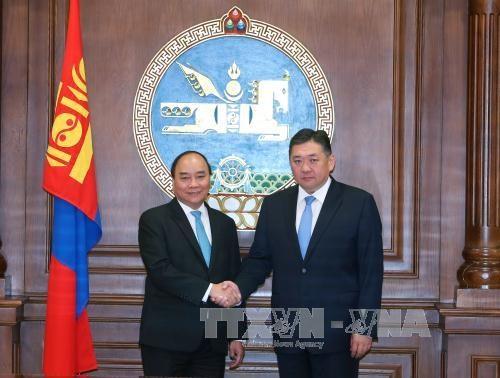 越南政府总理阮春福会见蒙古国国家大呼拉尔主席恩赫包勒德 hinh anh 1