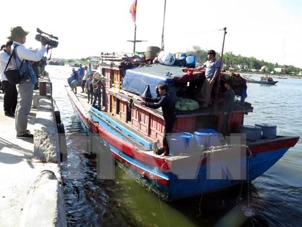 遭中国船只追赶导致沉船遇险的5名越南渔民安全上岸 hinh anh 1
