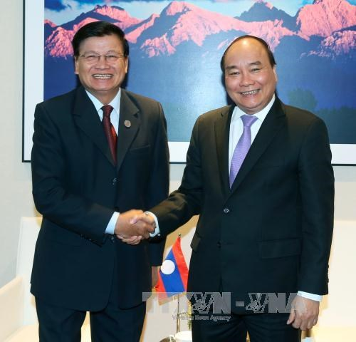 越南政府总理阮春福会见老挝总理通伦 hinh anh 1
