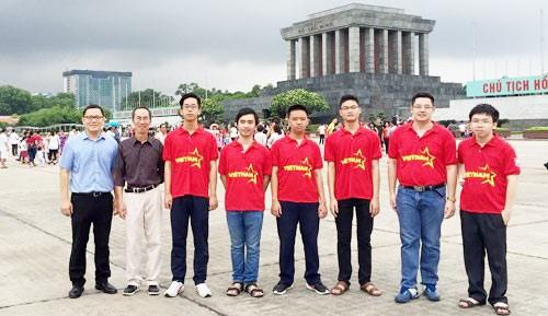 参加2016年国际数学奥林匹克竞赛的越南学生均获奖 hinh anh 1