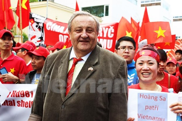 捷克越南友好协会主席驳斥关于东海形势的错误观点 hinh anh 1