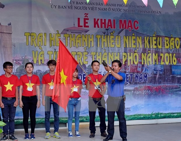 2016年胡志明市海外青少年侨胞夏令营正式开营 hinh anh 1