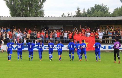 热身赛:越南女足队击败捷克皮尔森足球俱乐部 hinh anh 1