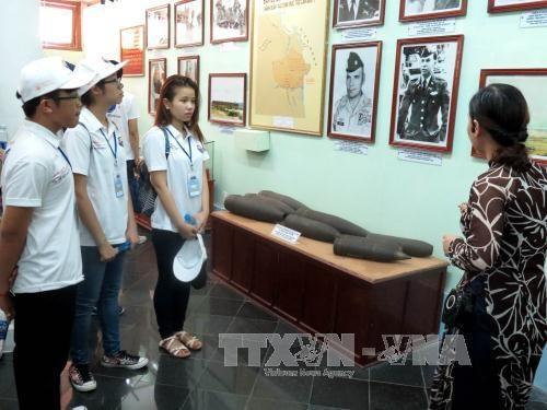 2016年越南夏令营:世界26个国家的越侨青年参观山美遗迹区 hinh anh 1