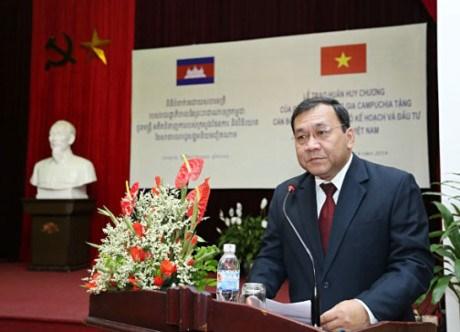 """越南友好组织联合会授予柬埔寨驻越南大使""""致力于各民族和平友谊纪念章"""" hinh anh 1"""