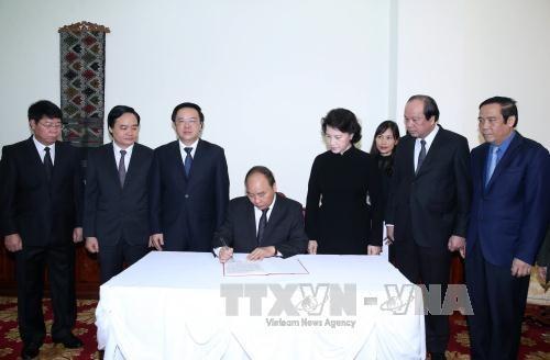 越南政府总理阮春福率团前往老挝驻越南大使馆悼念沙曼·维亚吉同志 hinh anh 2