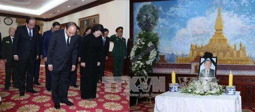 越南政府总理阮春福率团前往老挝驻越南大使馆悼念沙曼·维亚吉同志 hinh anh 1