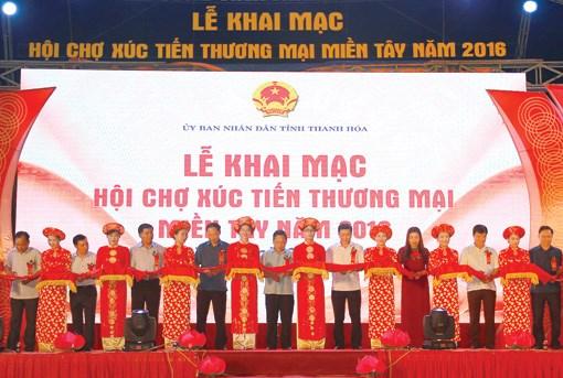 老挝企业参加2016年清化省西部地区贸易促进展览会 hinh anh 1