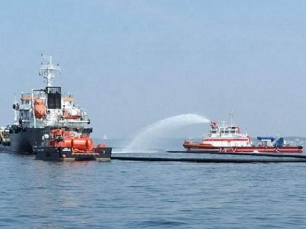 新加坡与马来西亚举行联合演习 应对海上化学品泄漏事故 hinh anh 1