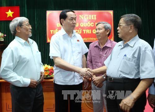 越南国家主席陈大光与胡志明市第四郡选民接触 hinh anh 2