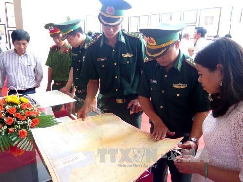 """""""黄沙和长沙归属越南——历史证据和法律依据""""地图资料展在平定省举行 hinh anh 2"""