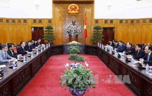 越南政府总理阮春福会见老挝副总理兼财政部长宋迪·隆迪 hinh anh 2