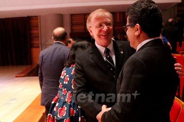 """越南授予加拿大驻越大使""""致力于各民族和平友谊纪念章"""" hinh anh 1"""