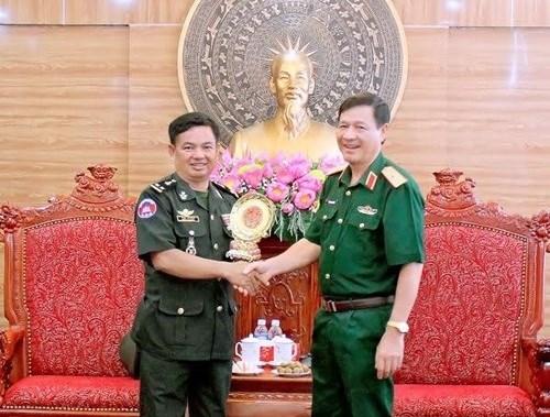 柬埔寨王家军队干部代表团访问越南人民军第四军区 hinh anh 1