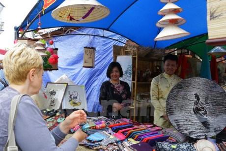 乌克兰传统展销会:越南展区吸引众多参观者驻足观看 hinh anh 2