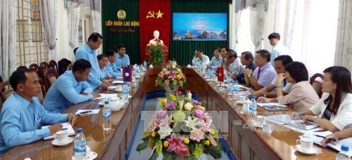 越南广南省劳动联合会与老挝占巴塞省工会联合会签署合作备忘录 hinh anh 1