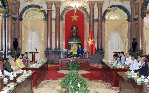 国家副主席接见永隆省对革命有功劳者代表团 hinh anh 1