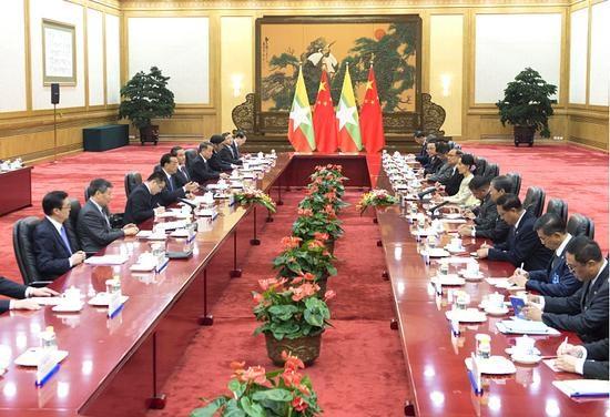 缅甸国务资政昂山素季与中国国务院总理李克强举行会谈 hinh anh 1