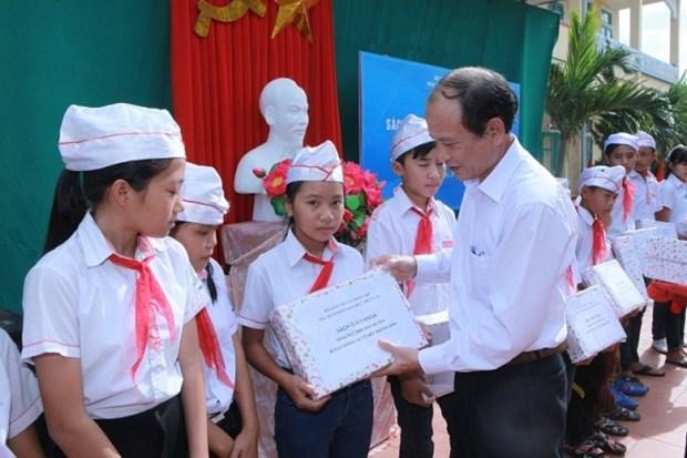 值新学年开学之际向数千名学生赠送教科书 hinh anh 1