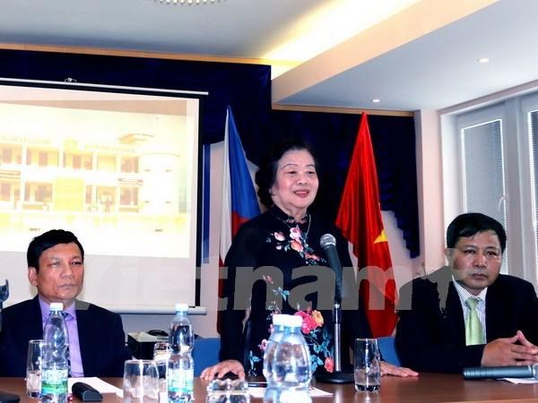 旅居捷克越南人启动为山区和海洋、岛屿地区学生进行募捐活动 hinh anh 1