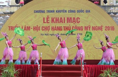 2016年传统手工艺品展销会在河内开幕 hinh anh 1