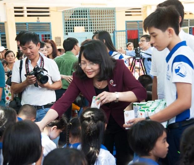 越南国家副主席邓氏玉盛出席向安江省儿童赠送牛奶活动 hinh anh 1