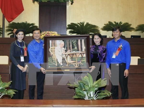 越南国会主席阮氏金银会见全国445名模范青年代表 hinh anh 1