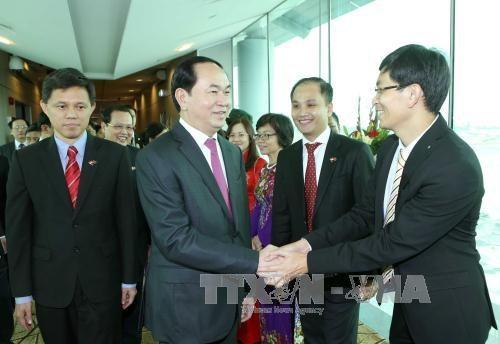 陈大光主席与越南驻新大使馆干部职员和旅居新越南人代表举行见面会 hinh anh 1
