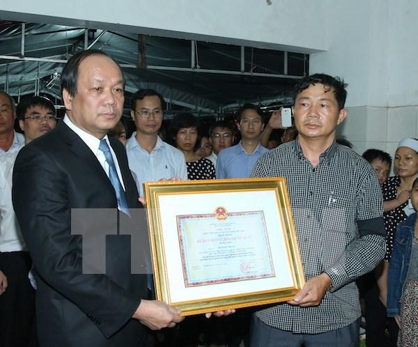 越南国家主席追授牺牲的飞行学员范德忠少尉一级祖国捍卫勋章 hinh anh 1