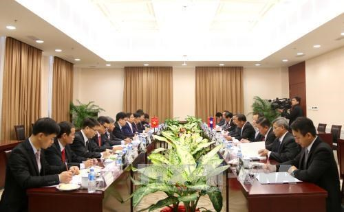 老挝人革党中央总书记、国家主席本扬•沃拉吉会见越共组织部高级代表团 hinh anh 3