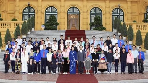 越南国家副主席邓氏玉盛接见老街省民族青少年代表团 hinh anh 1