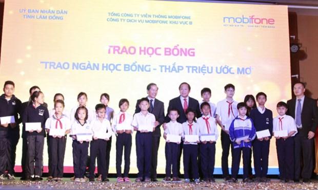 越南电信公司MOBIPHONE向林同省贫困生发放助学金 hinh anh 1