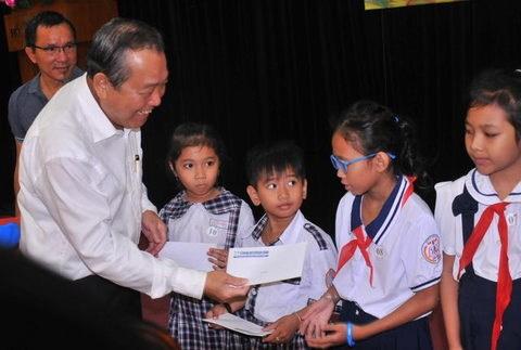 越南政府副总理张和平向胡志明市占族贫困学生颁发奖学金 hinh anh 1