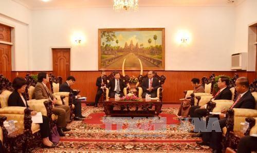 柬埔寨领导会见越共中央对外部代表团 hinh anh 1