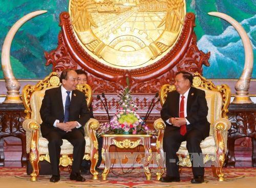 越南政府总理阮春福拜访老挝国家主席本扬·沃拉吉 hinh anh 1