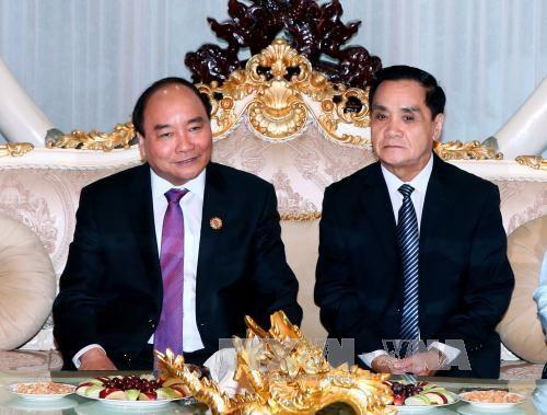 越南政府总理阮春福拜会老挝前任党和国家领导人 hinh anh 2
