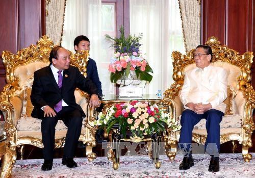越南政府总理阮春福拜会老挝前任党和国家领导人 hinh anh 1