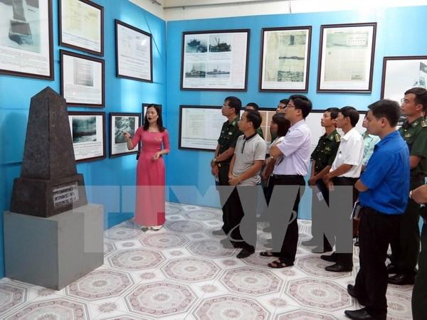 """""""黄沙与长沙两个群岛归属越南:历史证据与法律依据图片资料展""""在山萝省举行 hinh anh 1"""