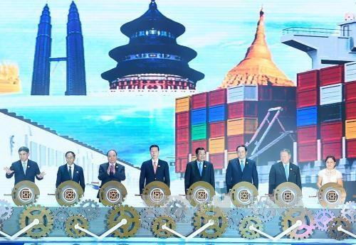 越南政府总理阮春福出席第13届中国—东盟博览会暨第13届中国-东盟商务与投资峰会开幕式 hinh anh 2