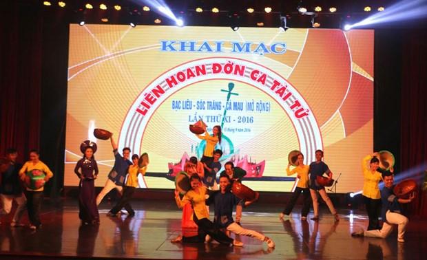 第十一次南部薄辽、朔庄、金瓯三省才子弹唱艺术节在薄辽市举行 hinh anh 1