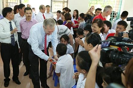 美国驻越大使特德·奥修斯探望慰问越南友谊村橙剂受害者 hinh anh 1
