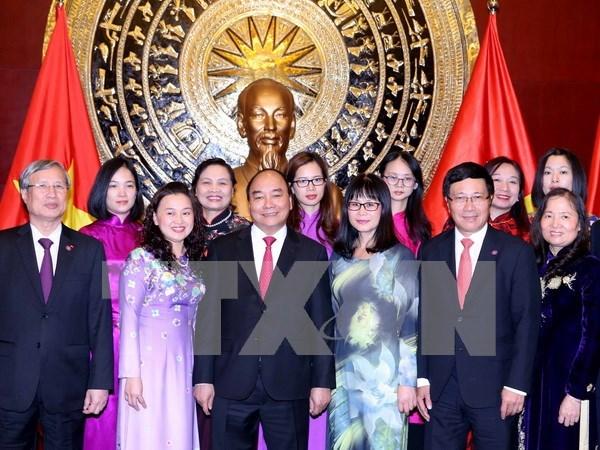 阮春福总理与越南驻华大使馆干部人员及旅居北京越南人社群交谈 hinh anh 1
