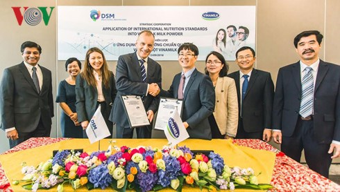 越南乳制品公司和瑞士DSM集团签署战略合作协议 hinh anh 1