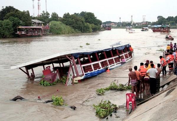 泰国昭披耶河船只撞桥翻覆导致多人死亡 hinh anh 1