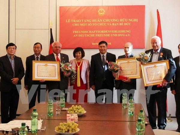 越南向部分德国友人和组织授予友好勋章 hinh anh 1