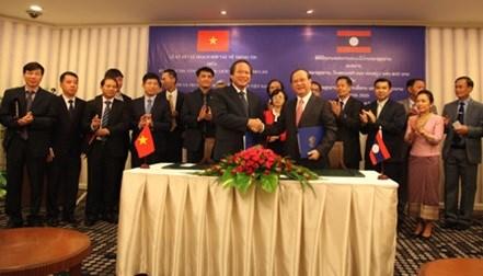 越南与老挝加强新闻业务及管理的合作 hinh anh 1
