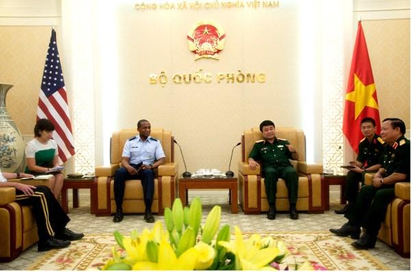 越南人民军副总参谋长武文俊上将会见美军运输司令部司令 hinh anh 1