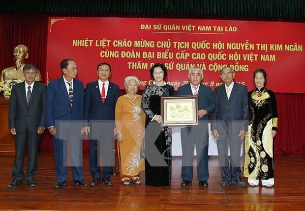 国会主席阮氏金银:越南驻老大使馆应成为旅老越南人的共同之家 hinh anh 1